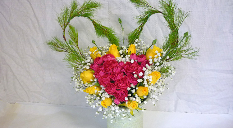 3 How to, How to arrange flowers with love shape.