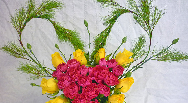 3 How to, How to arrange flowers with love shape. Make the background more interesting.